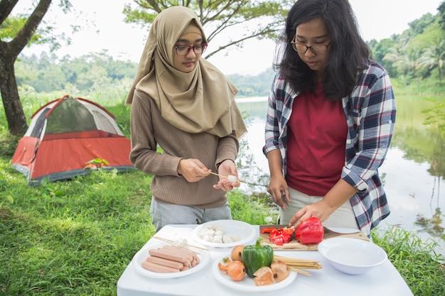 Preparare il cibo con spiedini durante la gita