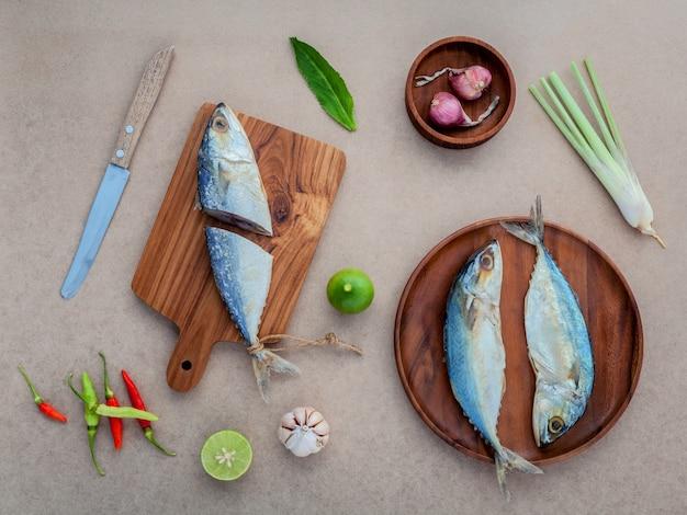 Preparare la cottura dell'insalata di pesce salata conservata con cibo tailandese tradizionale.