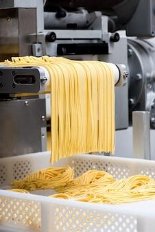 Preparare la pasta fresca per spaghetti italiani