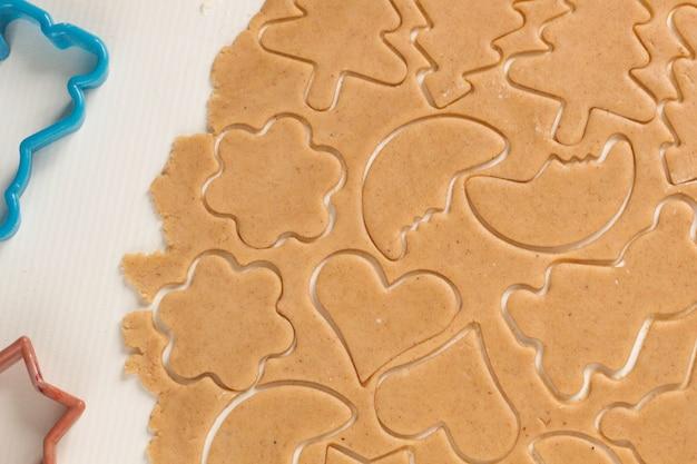 Preparare la pasta per cuocere i biscotti di panpepato