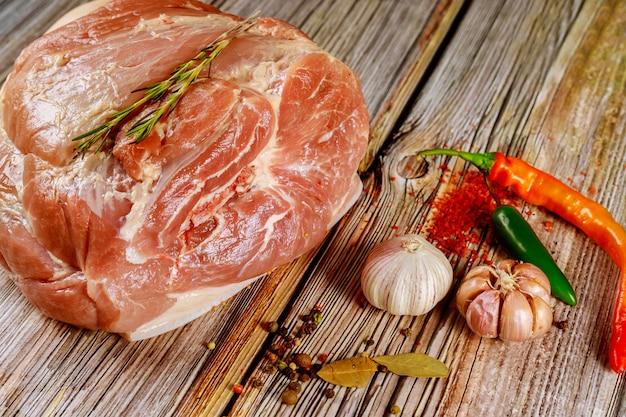 Preparare la spalla di maiale per cucinare con le spezie.