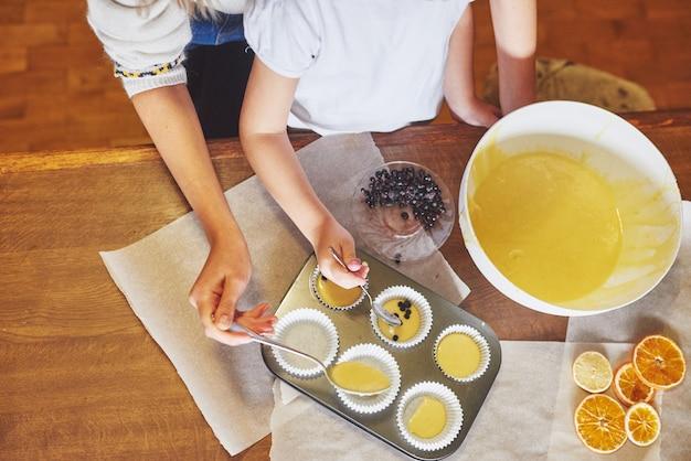Preparare muffin e stampi in stampi
