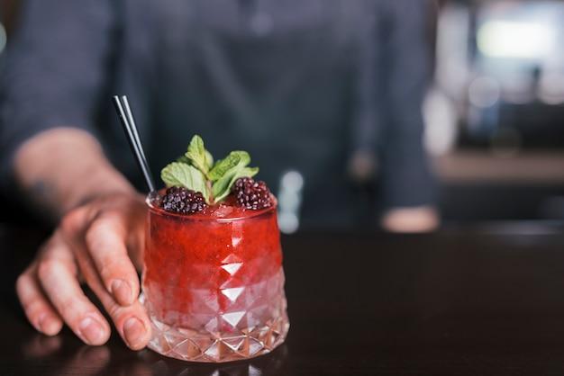 Preparare un cocktail rinfrescante in un bar