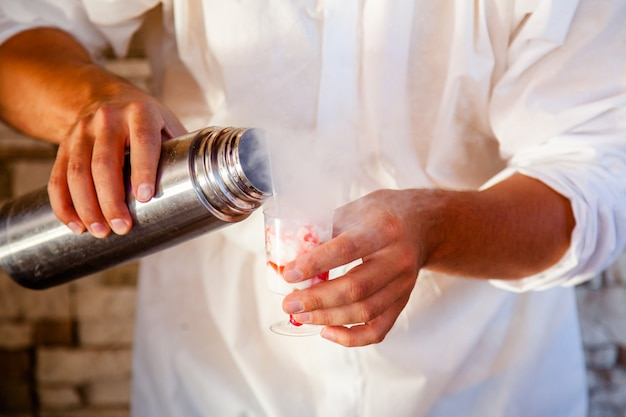 Preparare un gelato con azoto liquido, cottura professionale.