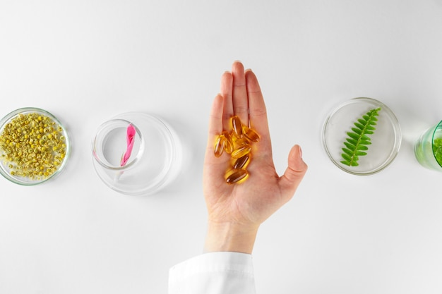 Preparare un integratore alimentare a base di erbe in laboratorio con foglie di piante. concetto di salute e bellezza