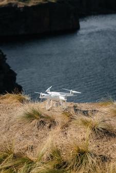 Prepararsi per le prove e pilotare un drone sulla spiaggia. personalizzazione