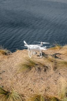 Prepararsi per le prove e pilotare un drone sulla spiaggia. personalizzazione.