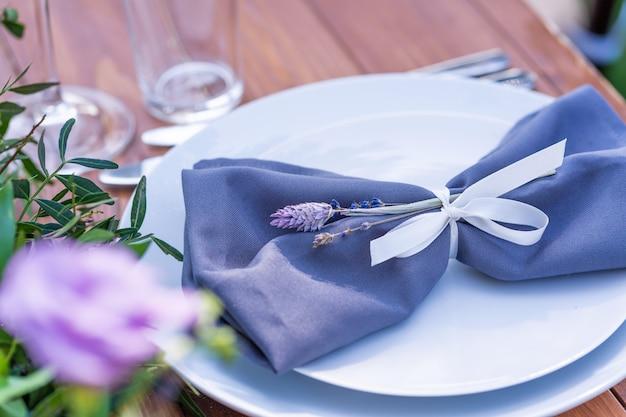 Prepararsi per una festa all'aperto. decorato con fiori freschi serviti tavoli. numero della tabella. dettagli della decorazione.