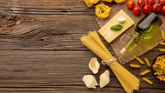 Preparato crudo della pasta con i pomodori e il formaggio a pasta dura con lo spazio della copia