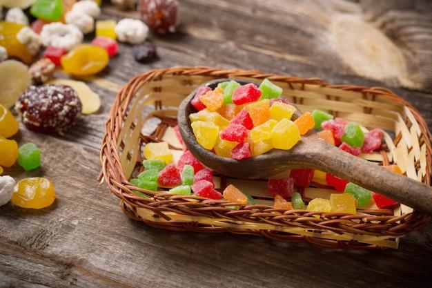 Preparato secco di frutti su fondo di legno