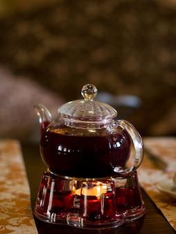Preparato un bollitore di tè caldo alla frutta.