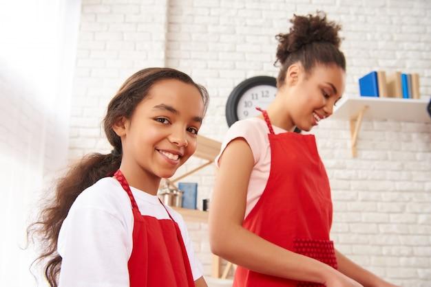 Preparazione africana della figlia di sorriso e della madre