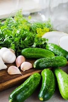 Preparazione cetrioli marinati di conservazione con erbe, aglio, sale e spezie.