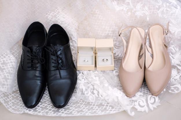 Preparazione degli accessori dello sposo e della sposa per il concetto di nozze.