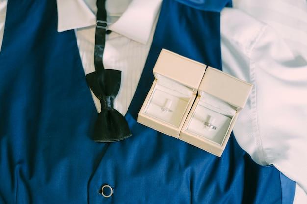 Preparazione degli accessori dello sposo per il concetto di nozze.