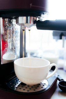 Preparazione del caffè con sfondo sfocato