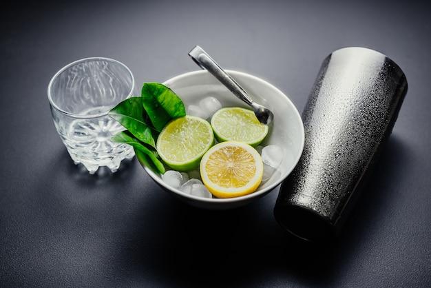 Preparazione del cocktail mojito. menta, lime, limone, ingredienti di ghiaccio e utensili da bar.