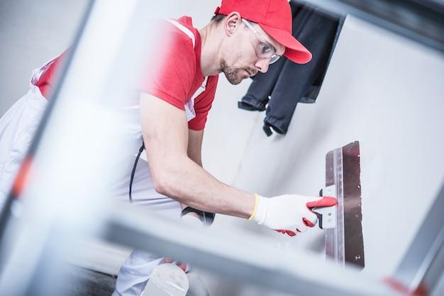 Preparazione del muro a secco per la vernice