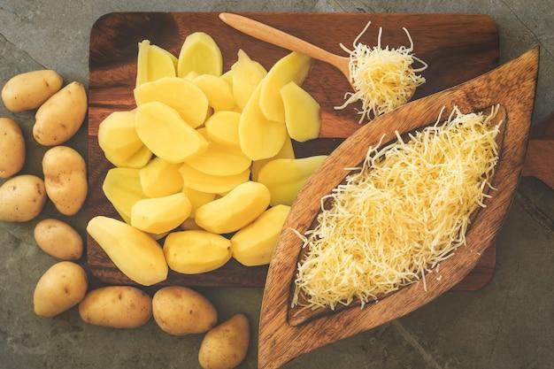 Preparazione del tradizionale gratin di patate francese
