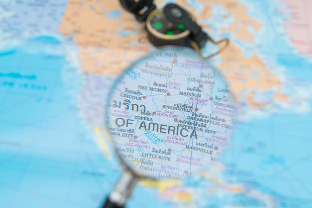 Preparazione del viaggio: bussola, passaporto, occhiali da sole, gla ingrandimento