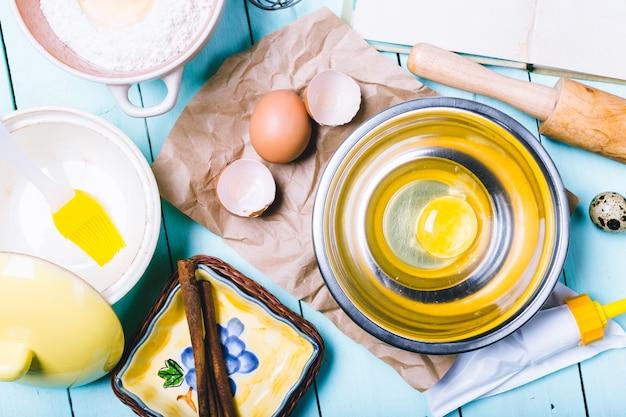 Preparazione dell'impasto ingredienti per l'impasto - uova e farina con mattarello.