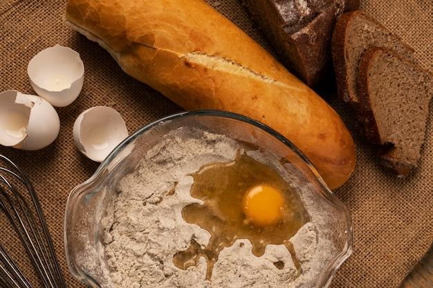 Preparazione della pasta e pane di segale con baguette. vista dall'alto.