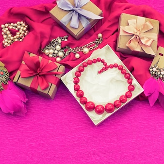 Preparazione di composizione decorativa per i regali di decorazione di vacanza.