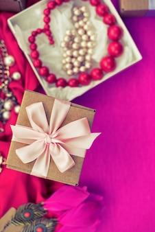 Preparazione di composizione decorativa per i regali di decorazione di vacanza