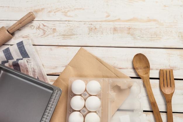 Preparazione di cottura, vista dall'alto di una varietà di utensili da cottura e ingredienti