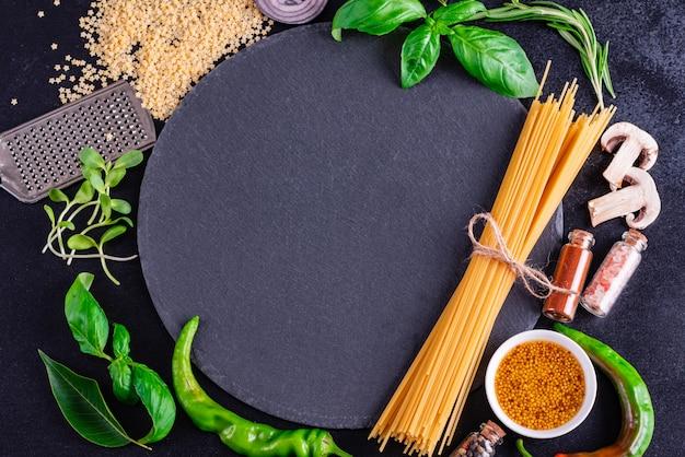 Preparazione di gustosa pasta fresca con verdure
