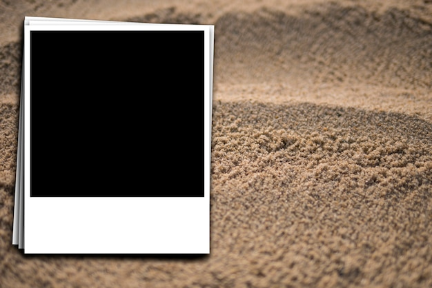 Preparazione di una foto istantanea sullo sfondo di sabbia marina