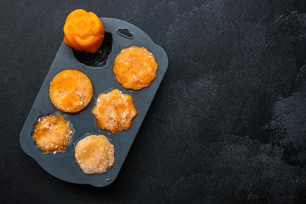 Preparazione di zucca o carote con purea di arance surgelate, stampo in silicone, purea di verdure schiacciata, cibi pronti