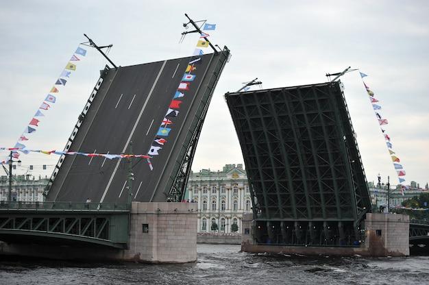 Preparazione per la parata navale di san pietroburgo sul fiume neva
