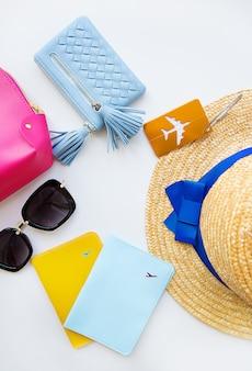Preparazione per le vacanze - cappello, occhiali, passaporto, borsa cosmetica, borsa. avvicinamento