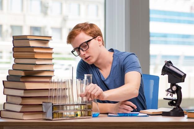 Preparazione stanca ed esaurita del giovane studente per l'esame di chimica