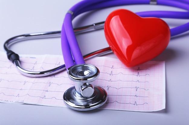 Prescrizione rx, cuore rosso e uno stetoscopio isolato su sfondo bianco
