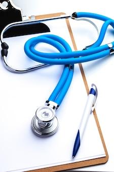 Prescrizione vuota che si trova sulla tavola con lo stetoscopio