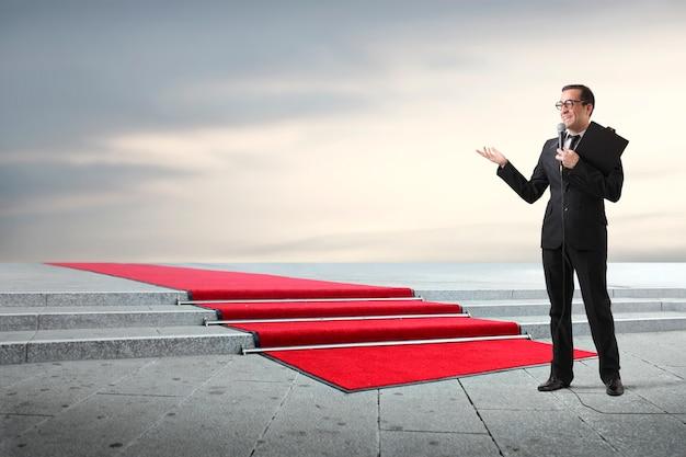 Presentatore con un tappeto rosso