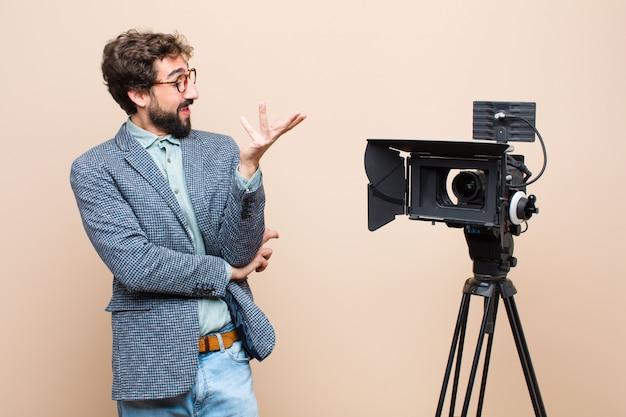Presentatore televisivo che sorride con orgoglio e sicurezza, sentendosi felice e soddisfatto e mostrando un concetto sullo spazio della copia