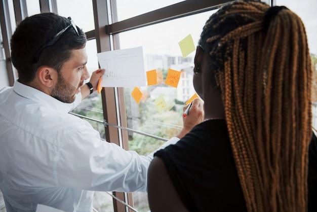 Presentazione aziendale nell'ufficio alla moda di giovani promettenti uomini d'affari