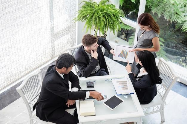 Presentazione della conferenza d'affari con l'ufficio della squadra di lavagna a fogli mobili