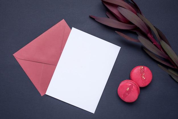 Presente carta e fiore di colore bordeaux su grigio