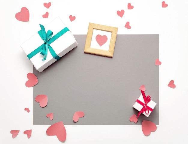 Presente confezione regalo piatta disteso. vista dall'alto decorazioni di san valentino. confezione regalo, nastro, cuori. buon compleanno
