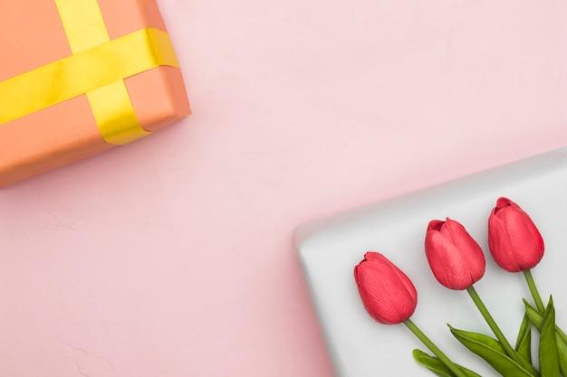 Presente e tulipani per la festa della mamma