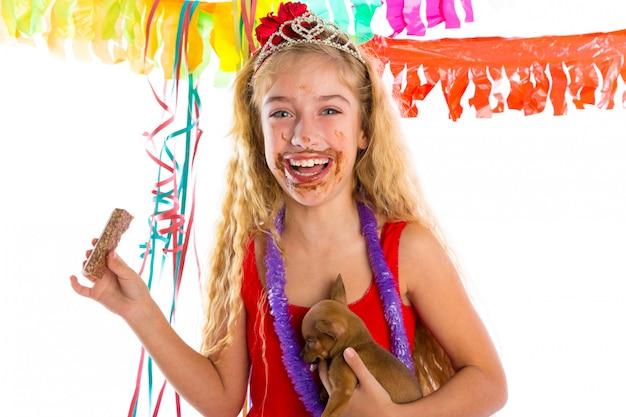Presente felice del cucciolo della ragazza della festa che mangia cioccolato
