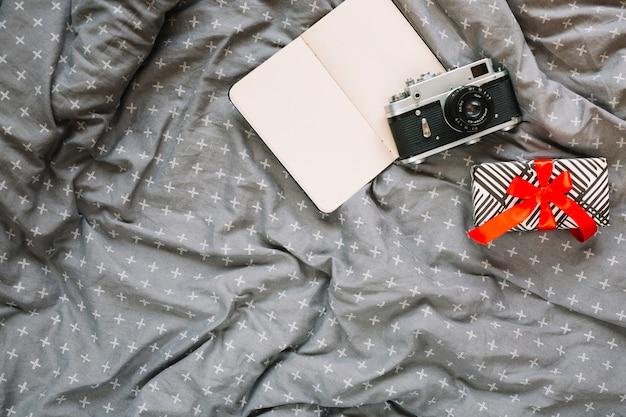 Presente vicino a fotocamera e notebook