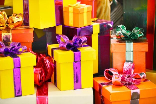 Presenti della decorazione di natale dei contenitori di regalo, fondo di celebrazione