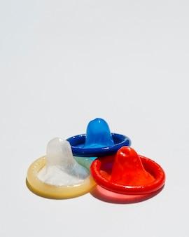 Preservativi ad alto angolo con sfondo bianco e copia-spazio