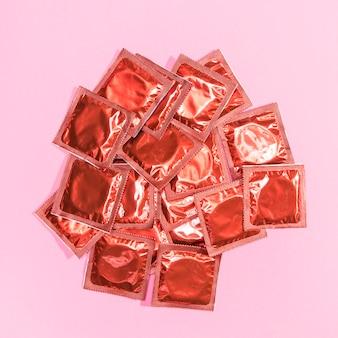 Preservativi rossi avvolti vista dall'alto