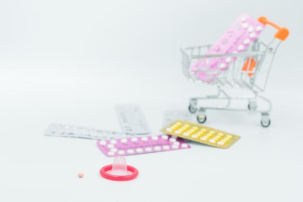 Preservativo e pillola anticoncezionale sullo sfondo di pentecoste